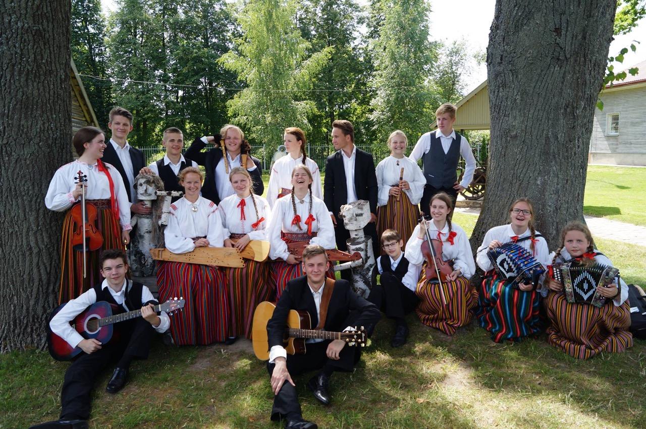 """Folklooriklubi Maatasa folkloorifestivali """"Baltica"""" maapäeval Diklis 16. juulil 2015. aastal. Foto: Külli Kool."""