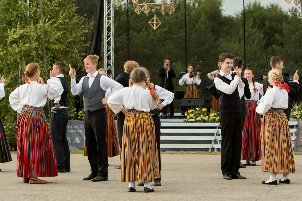 """Folklooriklubi Maatasa tantsimas Äksi rahva moodi Mulgi polkat folkloorifestivali """"Baltica"""" peakontserdil Rezekne maakonnas 18. juulil 2015. aastal. Foto: Reinis Oliņš."""