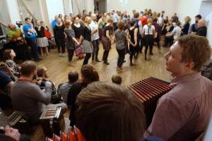 Juhan Uppin koos hulga rahvamuusikutega Tartu tantsuklubis 28122016